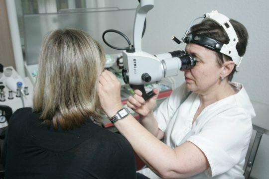 При заболевании ушей необходимо обратиться к отоларингологу