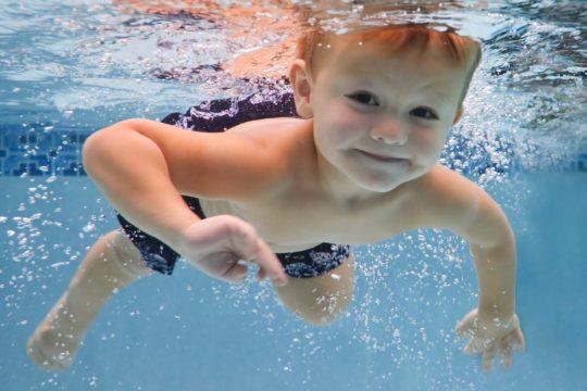 Если после купания в бассейне ухо заложено и болит, можно предположить развитие воспаления