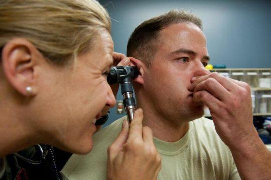 При подозрении на баротравму уха визит к ЛОРу обязателен