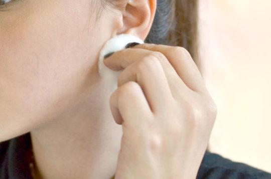 При попадании воды в ухо, постарайтесь аккуратно выбрать остатки жидкости ватным диском