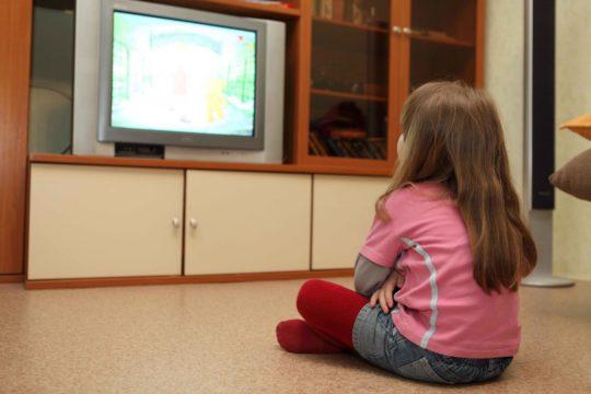 Признаком тугоухости могут быть постоянные просьбы ребенка сделать телевизор громче