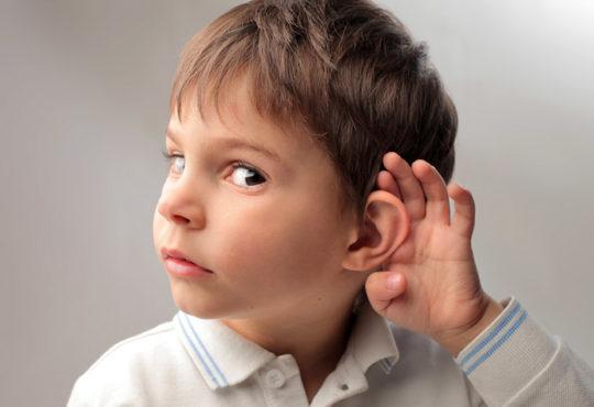Если ребенок игнорирует негромкие звуки, необходимо обратится к ЛОРу