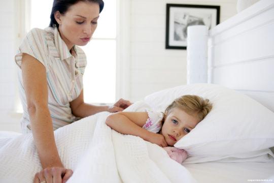 На инфекцию в ухе может указывать тот факт, что у ребенка чешутся уши внутри
