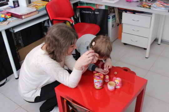 Родителям необходимо разговаривать с ребенком и тренировать его остаточный слух