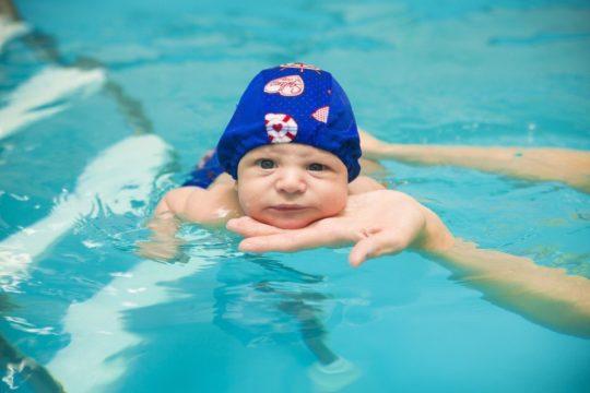 Чтобы не допустить развитие воспаление в ухе, используйте шапочку для купания