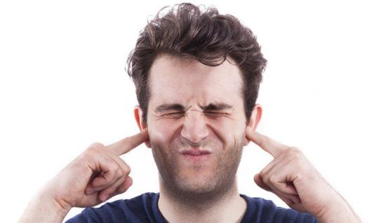 Симптомом мезотимпанита может быть дискомфорт и шум в ухе