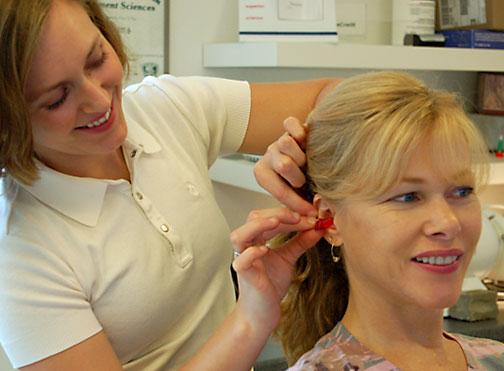 В старшем возрасте используется стандартное аппаратное восстановление слуха