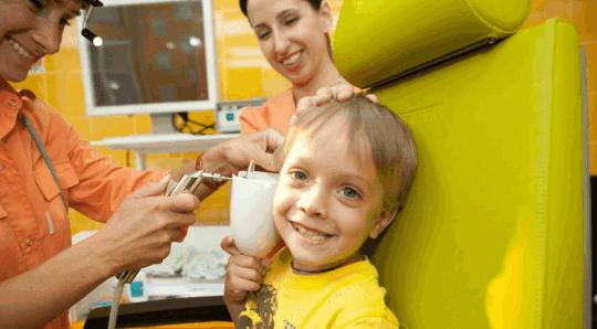Удаление серной пробки из уха ребенка проводит ЛОР