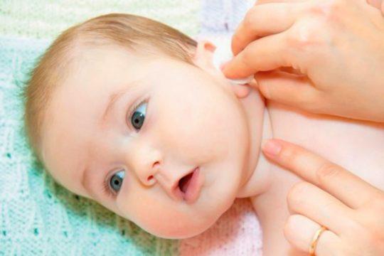 Протрите ваткой или салфеткой зону за ушной раковиной
