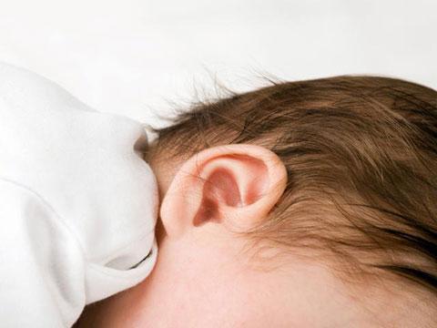 Все завитки ушной раковины необходимо тщательно протирать