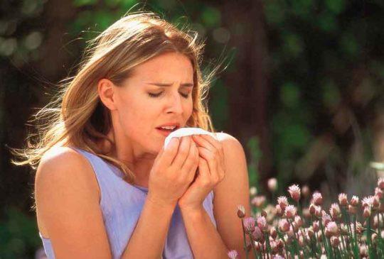 Причиной зуда за ушами может быть аллергия