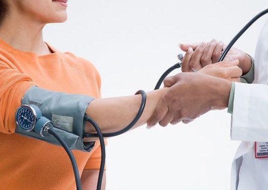 Спиртовые компрессы противопоказаны людям с проблемами артериального давления