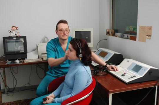 Перед назначением препаратов ЛОР проводит осмотр и аудиометрию