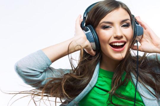 Прослушивание громкой музыки в наушниках может привести к тугоухости