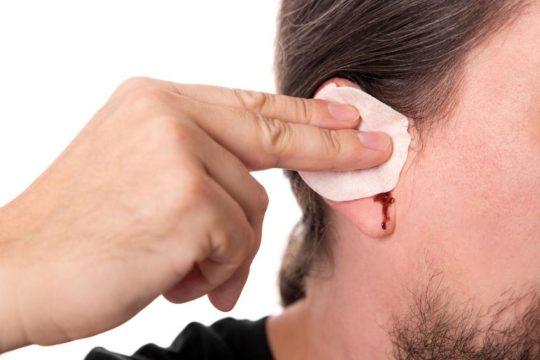 Причины крови из уха