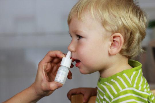 При лечении отита назначают сосудосуживающие капли в нос
