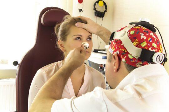 Перед проведением процедуры ЛОР осматривает носоглотку и рот пациента