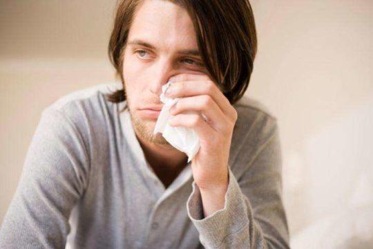 Заложенность ушей при насморке возникает из-за отека слизистой оболочки носа