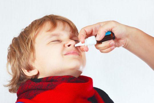 Для профилактики отита при насморке используют сосудосуживающие капли