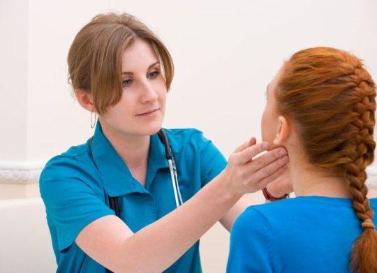 При ощупывании лимфоузла возле уха наблюдается боль