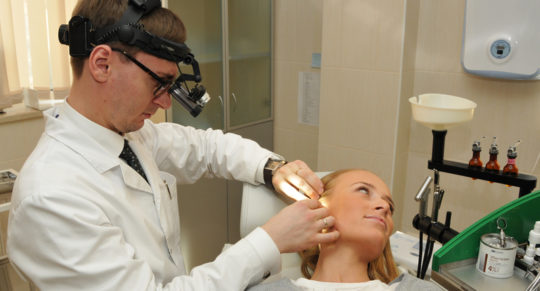 Если болит ухо, необходимо обратиться к отоларингологу