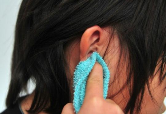 Если в ушах нет пробок, очистите мягкой тканью ушную раковину