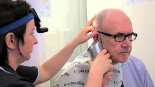 Причиной шума в ушах может стать серная пробка