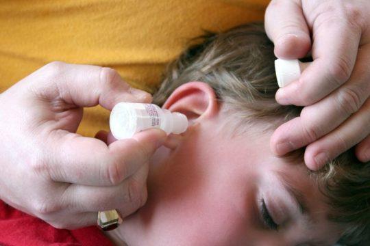 При отите могут быть назначены капли с антибиотиком