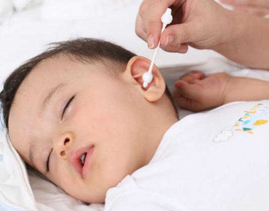 Для чистки детских ушей используют ватные палочки с ограничителями
