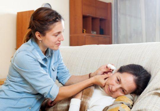 После закапывания ушей, больному требуется несколько минут полежать