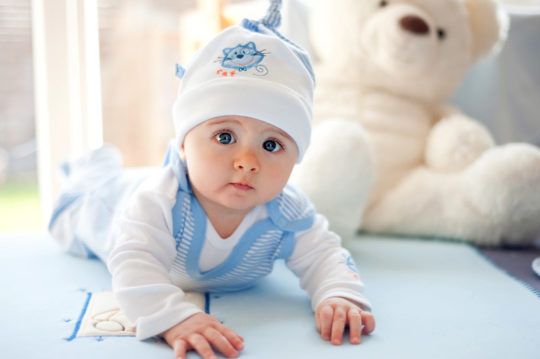 На время сна после лечебных процедур можно надевать на малыша хлопковую тонкую шапку