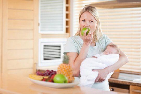 Мама во время грудного вскармливания должна придерживаться специальной диеты