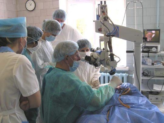 Проведение заушной блокад и операции при воспалении внутреннего уха