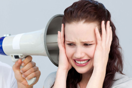 Акустическую травму наносит громкий звук