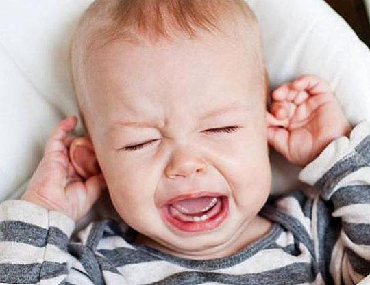 Как узнать, болят ли ушки у малыша?