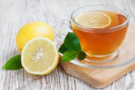 При отитах необходимо больше пить жидкостей, например, чай с лимоном