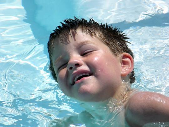 Хлюпать в ухе может после бассейна