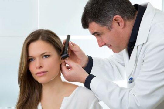 Осмотр уха израильским врачем