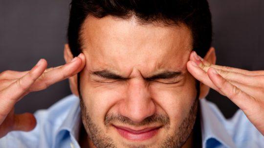 Боли в голове- один из симптомов рака уха