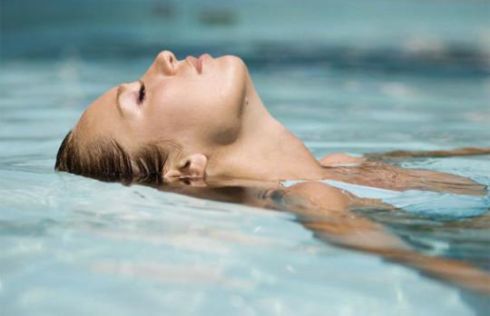 Причина болей в ушах - посещение бассейна