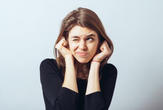 При щелчках в ушах необходима консультация ЛОРа