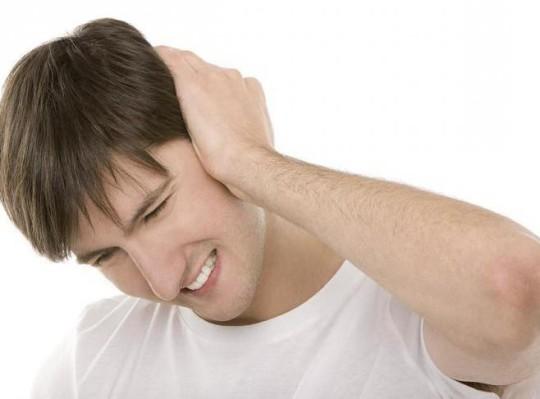 Шум в ушах может возникнуть из-за отита