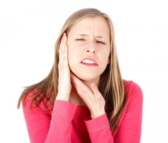 При обострении кариеса ощущения иррадиируют в висок и ухо