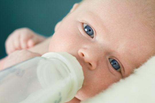 Грудному ребенку Флемоксин можно добавить в смесь или грудное молоко